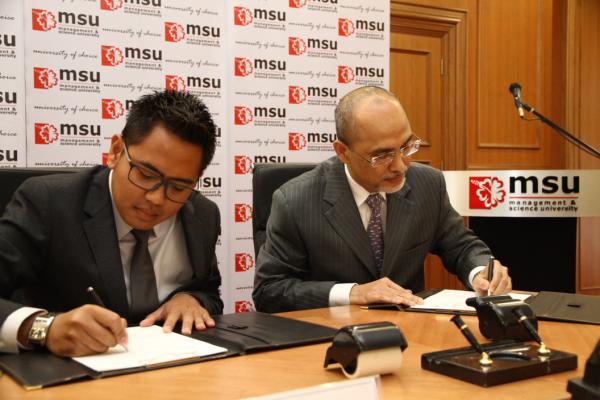 Penandatangan MoU Management and Science University (MSU) Malaysia dengan Centre for Foundation Studies Daar el-Qolam oleh Mudirul Ma'had Daar el-Qolam 3 Kampus Dza 'Izza dan Profesor Tan Sri Dato' Wira Dr. Mohd. Shukri Ab Yajid (President MSU).