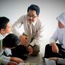 Keaktifan Guru Daar el-Qolam saat memberikan bimbingan kegiatan belajar mengajar di dalam kelas.
