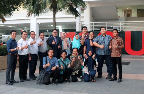 Mudirul Ma'had Daar el-Qolam 3 Kampus Dza 'Izza bersama Majelis Tausiyah foto bersama alumni Centre for Foundation Studies Daar el-Qolam di MSU Malaysia seusai mengadakan temu alumni Daar el-Qolam yang kuliah di MSU (25.4.17).