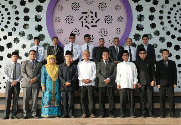 Pimpinan dan Pengasuh Pesantren Daar el-Qolam bersama Tutor